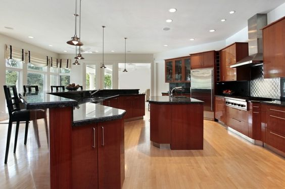 cocina moderna con isla con encimera de granito negro