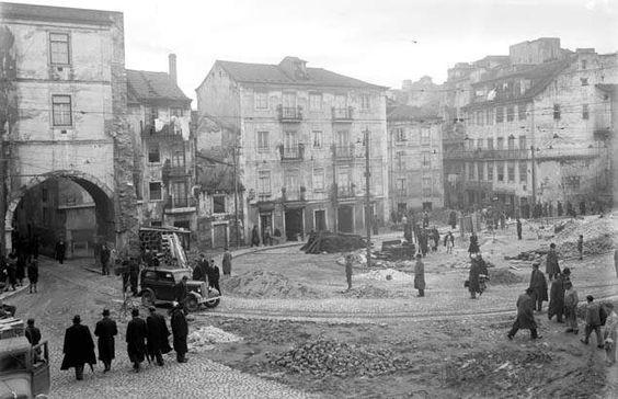 Arco do Alegrete depois da demolição do palácio, Mouraria, 1947