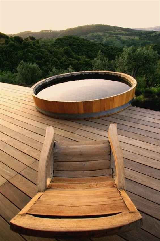 piscinas-desmontables-piscina-redonda-madera-suelo-tarima-sillón-paisaje-montañoso