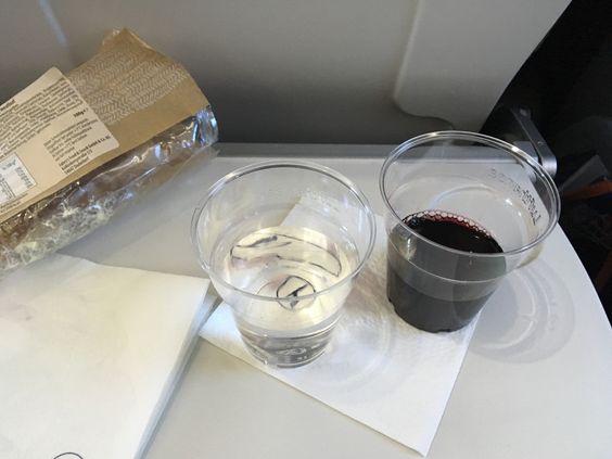 Вино и вода от Lufthansa
