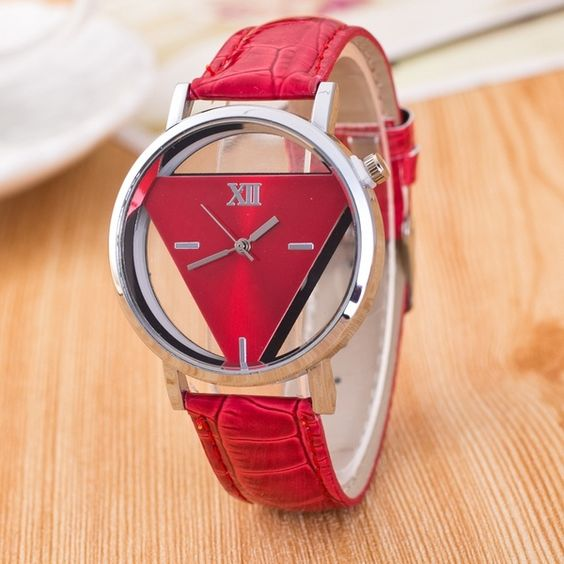Modelo de relógio feminino caixa com um retângulo interno prata com vermelho e pulseira de couro vermelho.