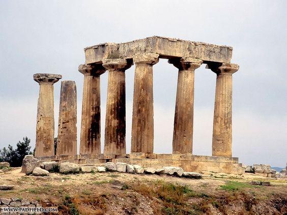 Templo de Apollo em Corinto, Grécia. Construído em cerca de 540 a.C para substituir o templo anterior, datado aproximadamente de 700 a.C. Atualmente, das 38 colunas que existiam, apenas 7 se encontram erguidas.