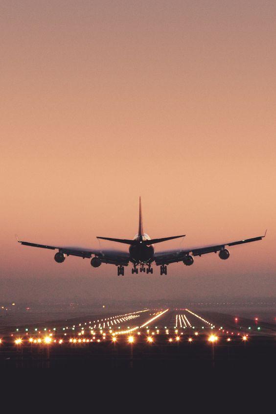 夕焼けに向かう飛行機