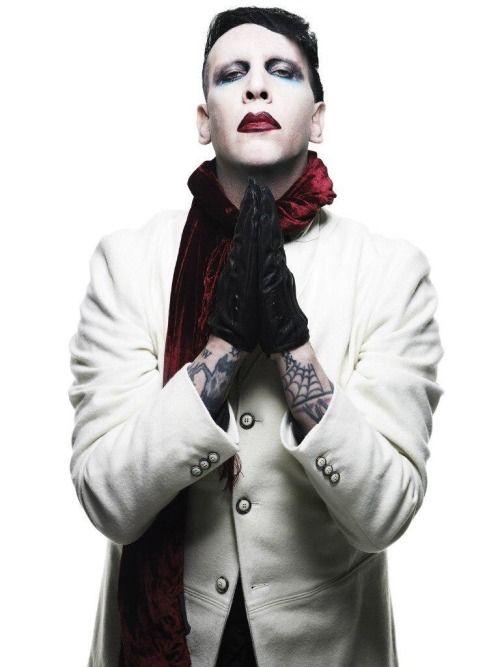 白コートのMarilyn Manson