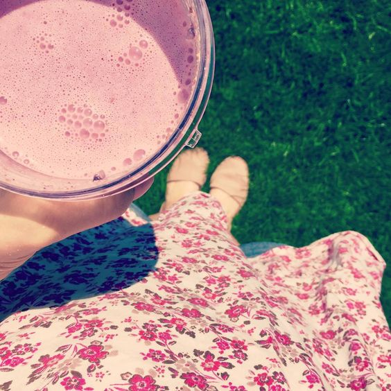 Love lush summer berry smoothies made with frozen fruits for a cooling energy boost #nutrition #energybooster #spoons #healthy #arthritis #smoothie #berries #nutribullet #foodismedicine #eatingmyselfwell #autoimmune #instahealth #instapic #picoftheday