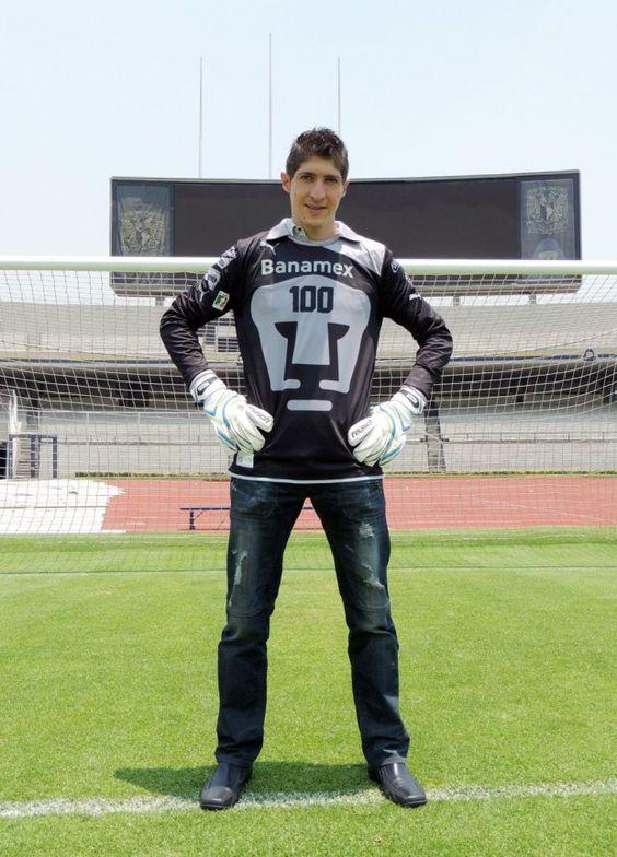 Comenzó su paso en el futbol en Fuerzas básicas de Pumas a los 16 años. Debutó el 17 de mayo de 2003 en el encuentro en que Pumas cayó 1-0 ante el Morelia y ahora Alejandro Palacios llegará a su partido número 100 defendiendo la portería auriazul.