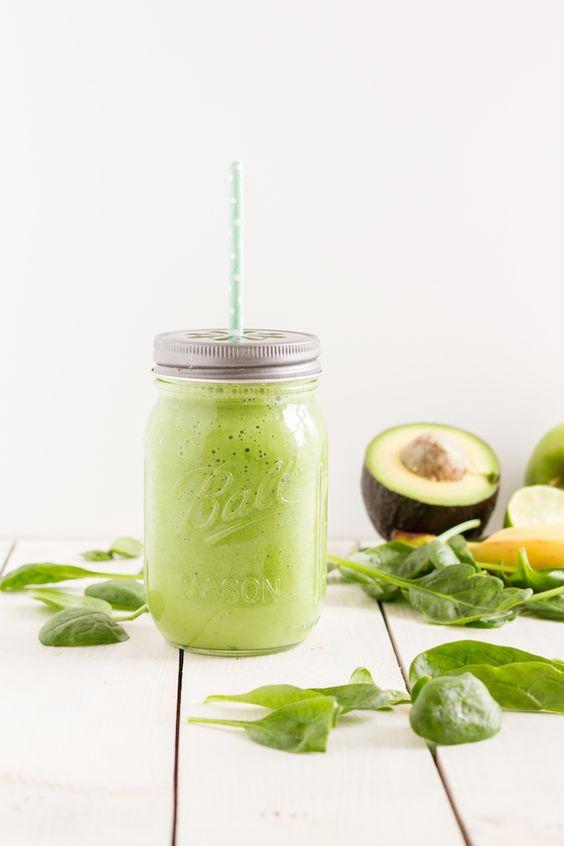 Grüner Smoothie mit Avocado Spinat Apfel und Ingwer - ist aber auch ohne Ingwer lecker