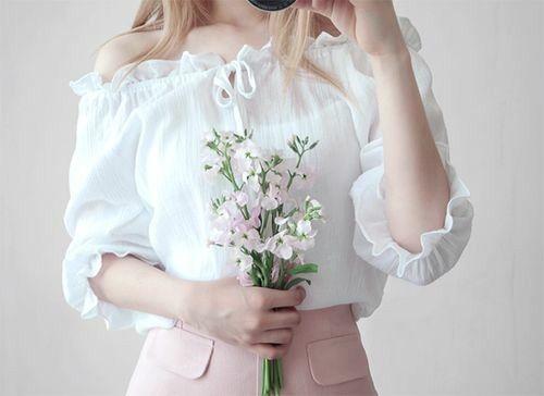 Foto mulher delicada com flores Tumblr #fotografia #tumblr #delicada | Mulheres  delicadas, Looks, Blusas formais
