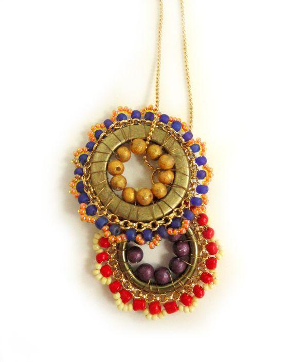 O Colar Mandalas é um colar muito versátil, colorido e diferente de tudo que você já viu por aí.