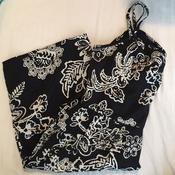 American Eagle Outfitters Black and White Dress This is an American Eagle black and white dress. Very cute! Worn a couple times but still in good condition. American Eagle Outfitters Dresses Mini