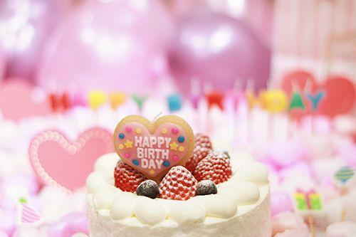 オシャレな誕生日画像 ケーキに刺さった可愛いハートのバースデーキャンドル はhappy Birthday イチゴ おめでとう お祝い お誕生日 おめでとう タグのついた イベント カテゴリの無料 フリー 写真画像です すでにオシャレに加工済みで クレジット無しで商用利用が