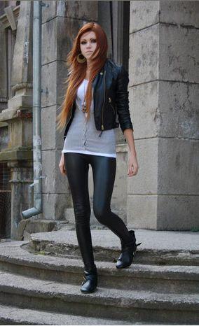 Legging metalizada e jaqueta de couro