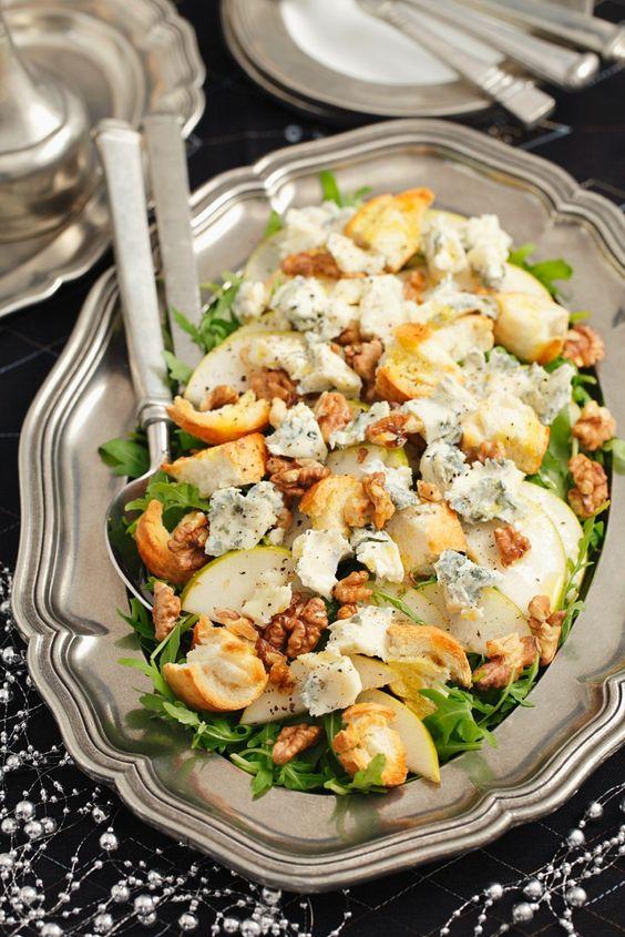 Salat mit Birne, Rucola, Nüssen und Gorgonzola   http://eatsmarter.de/rezepte/salat-mit-birne-rucola-nuessen-und-gorgonzola