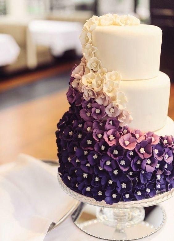 gâteau de mariage à 3 étages avec fleurs en blanc, rose, mauve et violet: