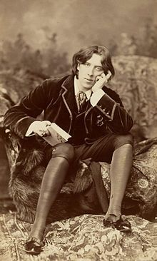 Oscar Wilde est un écrivain britannique d'origine irlandaise, né à Dublin le 16 octobre 1854 et mort à Paris le 30 novembre 1900 à l'âge de 46 ans.  En ces dernières décennies du XIXe siècle, Wilde incarne une nouvelle sensibilité qui apparaît en réaction contre le positivisme et le naturalisme.  Dans sa préface au Portrait de Dorian Gray, il défend la séparation de l'esthétique et de l'éthique, du beau et du moral.