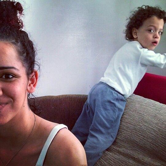 Ele viu que a mamãe ia tirar foto haha eu e meu coque abacaxi pra arrumar a casa. www.mamaededois.com.br #bomdia #filho #sapeca #amo #mamaededois #mamaededoisoficial