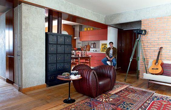 Acostumado a organizar todas as coisas no dormitório que tinha na casa dos pais, Arthur Britto se espalha agora pelos 85 m2 de seu primeiro apartamento, reformado pelo arquiteto Gustavo Calazans