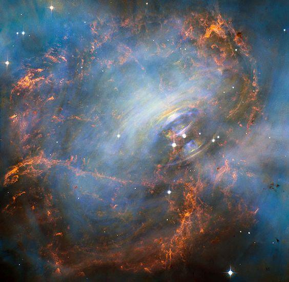 Der Krebsnebel liegt 6.500 Lichtjahre von uns entfernt im Sternbild Stier. Das farbenprächtige Gebilde ist das Resultat einer Sternexplosion, die im Jahr 1054 als heller Lichtfleck am Himmel zu sehen war.