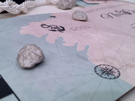 Invitacion de boda personalizada. Detalle interior de la invitacion a modo de triptico que contiene mapa que semeja una carta nautica con los imbolos de los novios. Invitacion de boda nautica.