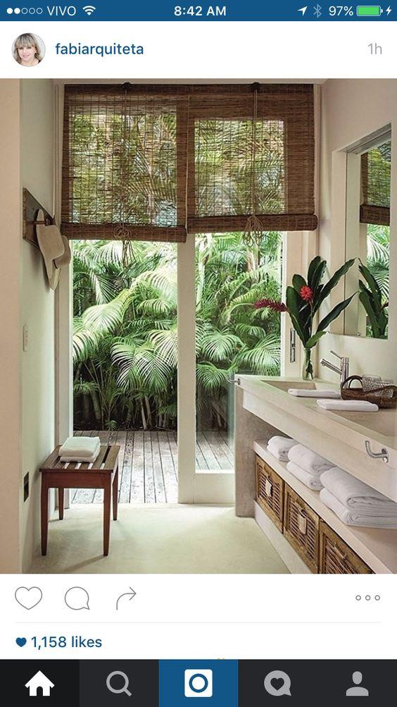 Banheiro com porta para jardim interno