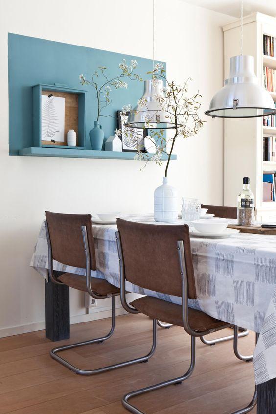 De eethoek van Geertje en Erik heeft ook een mini make-over gehad dankzij het blauwe kleurvlak en plank met accesoires aan de muur | Make-over door Corrien Flohil