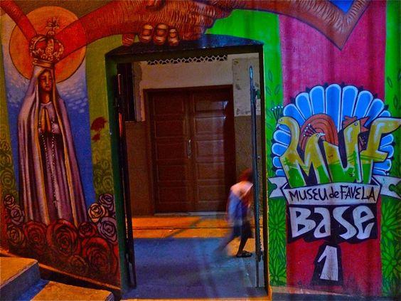 Entrada do Museu da Favela. Fundamento filosófico: Nós estamos vivendo em um museu. Uma coleção vivendo em um Museu.