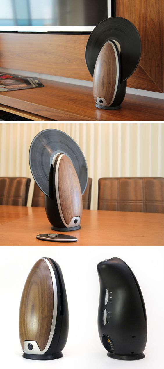 Um toca-CDs oval de estilo vintage amadeirado, com conceito completamente moderno. Além de ser útil e compacto, fica perfeito na decoração. Feito pela Roy Harpaz Designs.