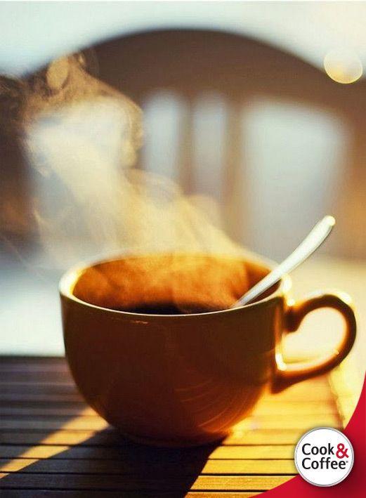 O café é tão grave, tão exclusivista, tão definitivo que não admite acompanhamento sólido. Mas eu o driblo, saboreando, junto com ele, o cheiro das torradas-na-manteiga que alguém pediu na mesa próxima.  - Mario Quintana