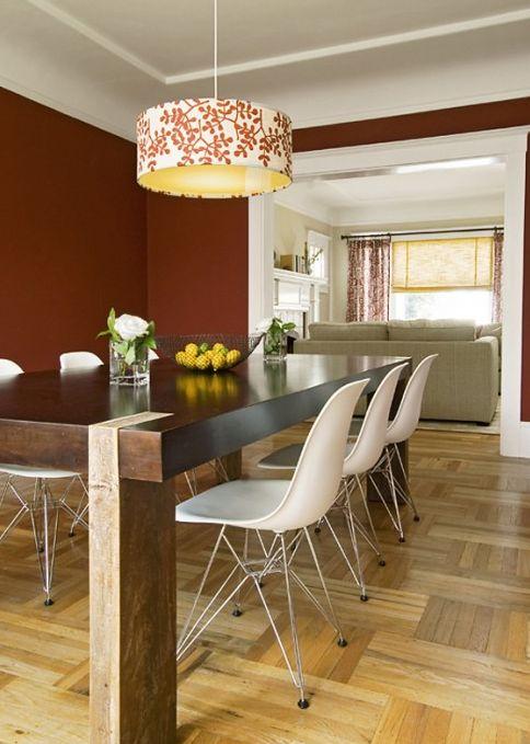 sala jantar: mesa madeira + cadeira branca  Silvia Home Decor: Chão com Padrão!!!: Dining Room, Dining Table, Red Wall, Wall Color, Family Room, Room Design, Light Fixture, Wood Table