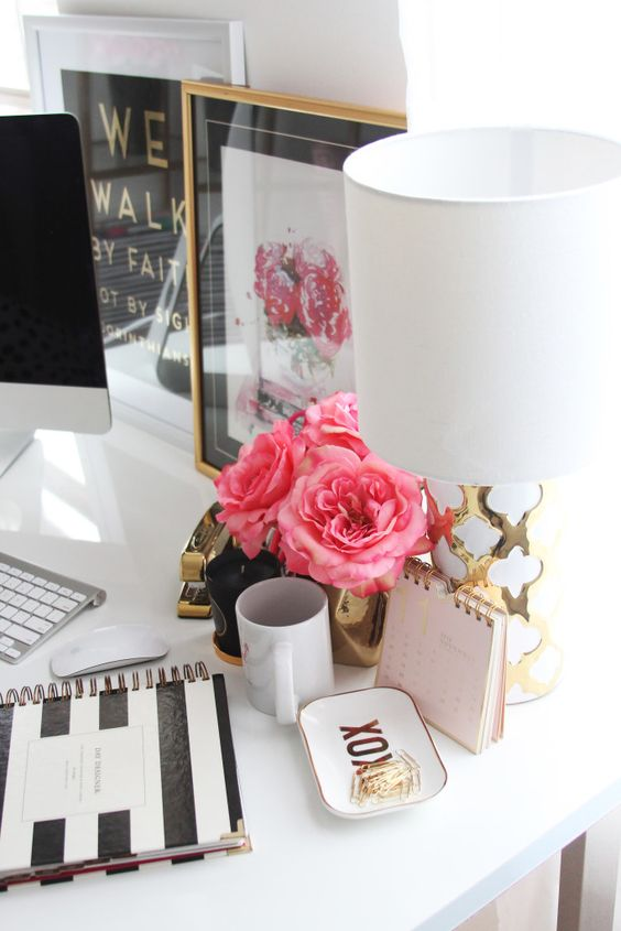 Meagan Ward Escritório, rosa, branco, vermelho, feminino, refinado, elegante, classy, dourado.