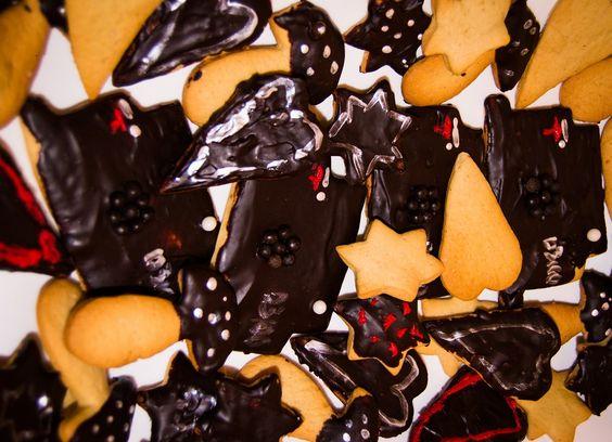 Galletas de varias formas, bañadas en chocolate negro, y decoradas con rotulador alimentario , todo sin gluten