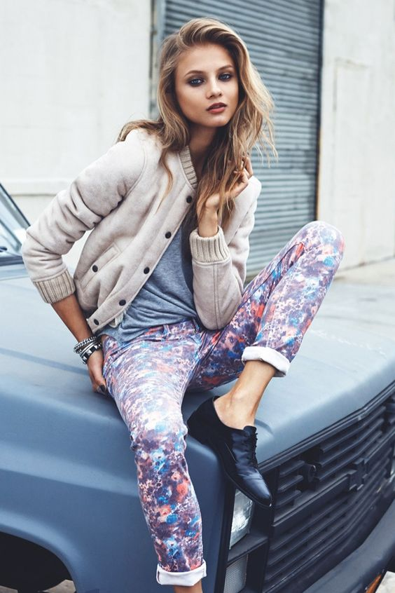 pantalon jean fleuri retroussé avec veste en laine beige et t-shirt en coton beige (chaussures de ville plates dans ce genre) >>>>
