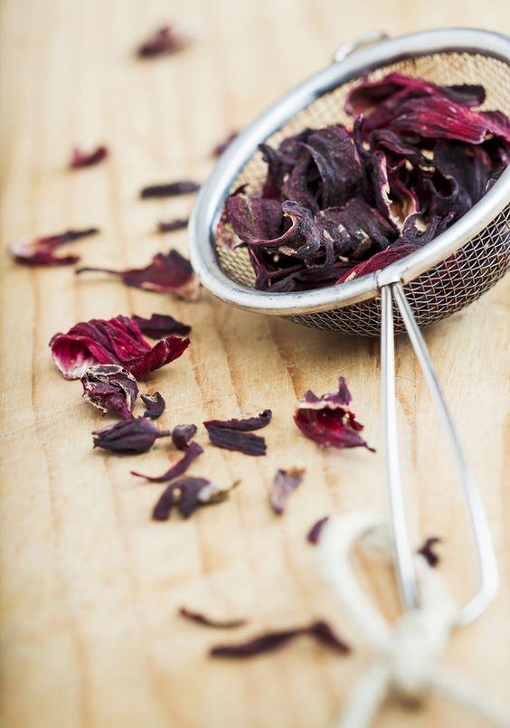 7 maneiras de deixar o chá de hibisco mais gostoso: