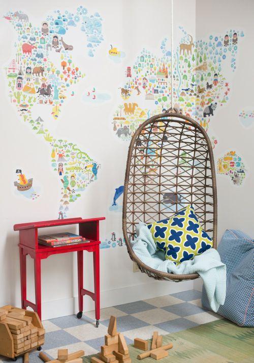 Papier peint carte du monde et balancelle dans la chambre d'enfant
