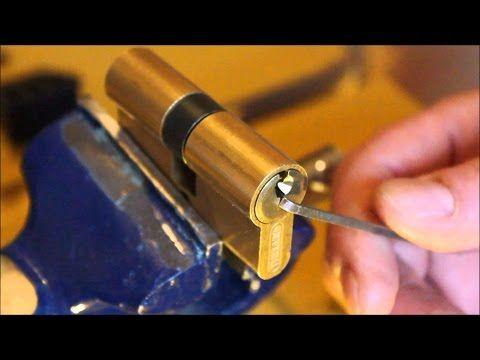 Astuce Comment Ouvrir Une Serrure Sans Clef En 7 Seconde Youtube Trucs Et Astuces Comment Ouvrir Une Porte Cylindre De Porte