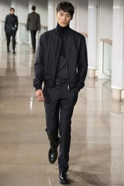 This season, Hermès continues doing what he does best: presenting classical ensembles and selective tendencies in his Fall / Winter 2015 collection during fashion week in Paris with fine wool suits, with tweed and leather coats fur-lined sheep.