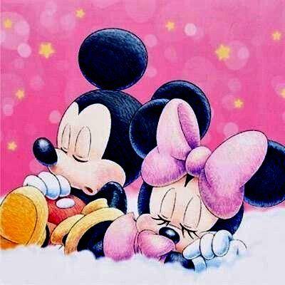 寝ているミッキーマウスとミニーマウス