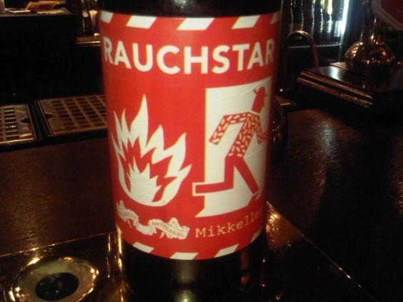 Cerveja Mikkeller Stillwater Rauchstar, estilo Other Smoked Beer, produzida por Mikkeller, Dinamarca. 9.4% ABV de álcool.