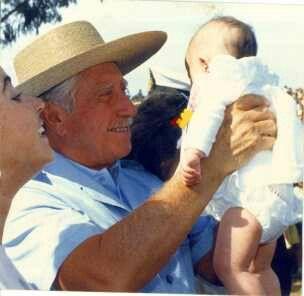 Mi General Augusto Pinochet con un recién nacido.