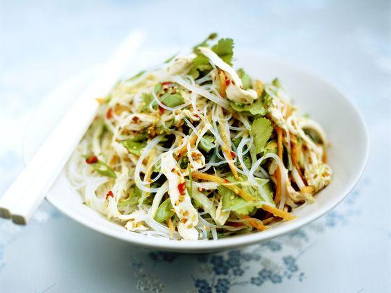 Feuriger Glasnudel-Hähnchensalat mit Koriander - smarter - Zeit: 20 Min.   eatsmarter.de Glasnudeln sind kalorienarm und lecker. Koriander verleiht diesem Salat eine würzige Note.