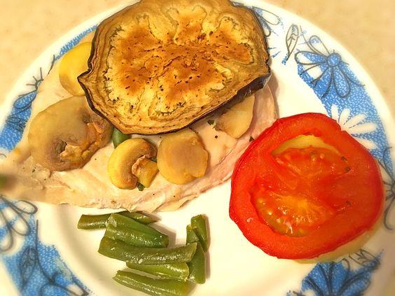 Готовое блюдо на тарелке: филе курицы, запеченное в духовке с кабачком, помидором и шампиньонами. Фото: Evgenia Shveda