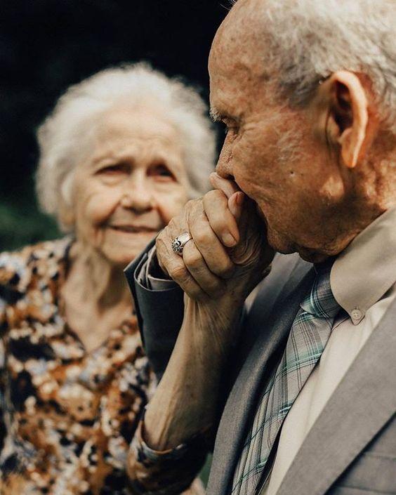 Empezamos este fin de lo más inspiradas con esta lindura de pareja que celebra 65 años de puro amor juntos. A poco no son #relationshipgoals ? Morimos de amor y admiración total. Etiqueta a ese amor con quien quieres llegar así de viejitos. #fridaenamorada Foto: @ashlandshawnphotography . . . . . . . #loveauthentic #lovethelittlethings #justalittleloveinspo #darlingmoment #darlingmoments #darlingmovement #darlingweekend #thatsdarling #thehappynow #blogdebodas #bloggermexicana #bloggersmx #pare