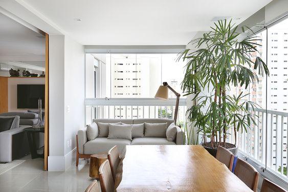 Incrível área goumet com mesa em madeira maciça proporcionando um ar de leveza ao ambiente.
