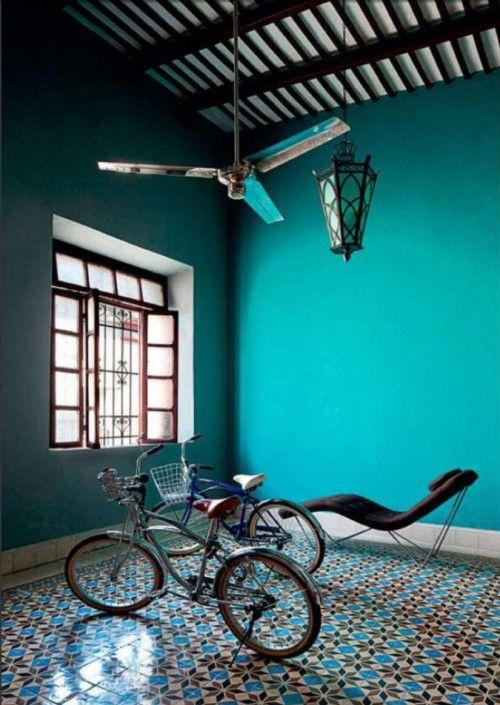 zelliges au sol et murs bleu canard. Ventilateur au plafond. J'adore !