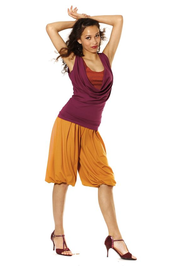 Top 'Indiana' - Fuchsia dance top with a sinfully deep backline, plunging waterfall neckline, orange sequined insert, all making for a stunning silhouette. Tango trousers 'Malmö' - Summery Tango trousers in trendy mango color. Super-comfy and billowing. Knee-length with incorporated folds.