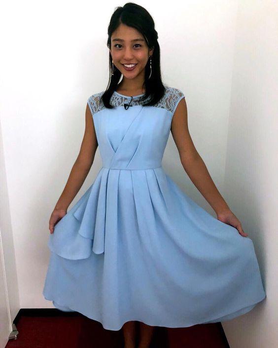 青いドレスを身にまとった岡副麻希の美人でかわいい画像