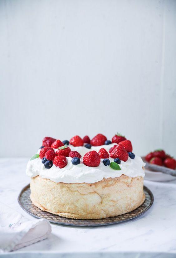 Angel Food Cake Rezept leichter Biskuitkuchen mit Sahne und Beeren Sommerkuchen Backrezept einfacher Kuchen Foodblog…