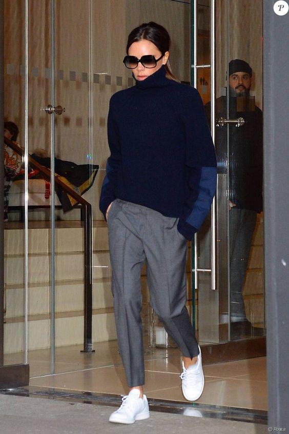 Victoria Beckham quitte l'hôtel EDITION New York, habillée d'un pull et d'un pantalon Victoria Beckham et chaussée de baskets blanches adidas. Le 13 février 2016.