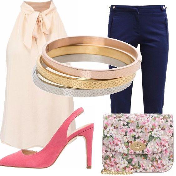 Che ne dite di questo delizioso outfit comodo in ufficio o per una passeggiata,? pantalone stretto sulle caviglie blu navy, top soft pink, sandalo con tacco rosa corallo, borsa con stampa a fiori pink, bracciali oro, rosa, e argento!