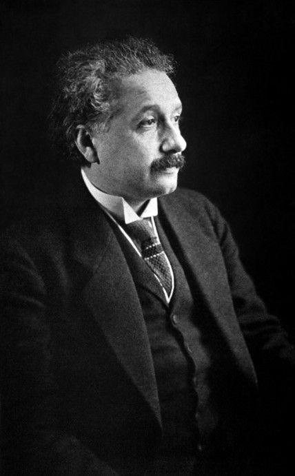 スーツを着ている横顔のアルベルト・アインシュタインの壁紙・画像